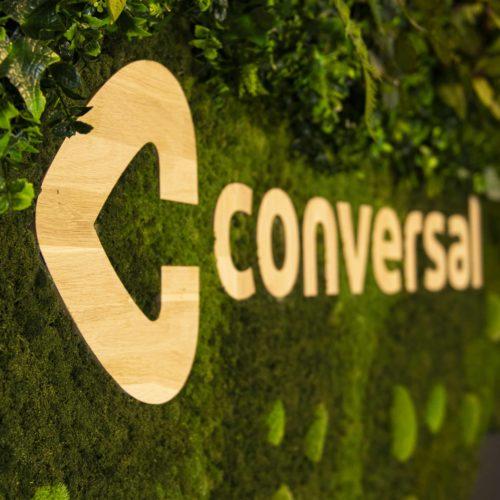 Conversal logo hout met mos